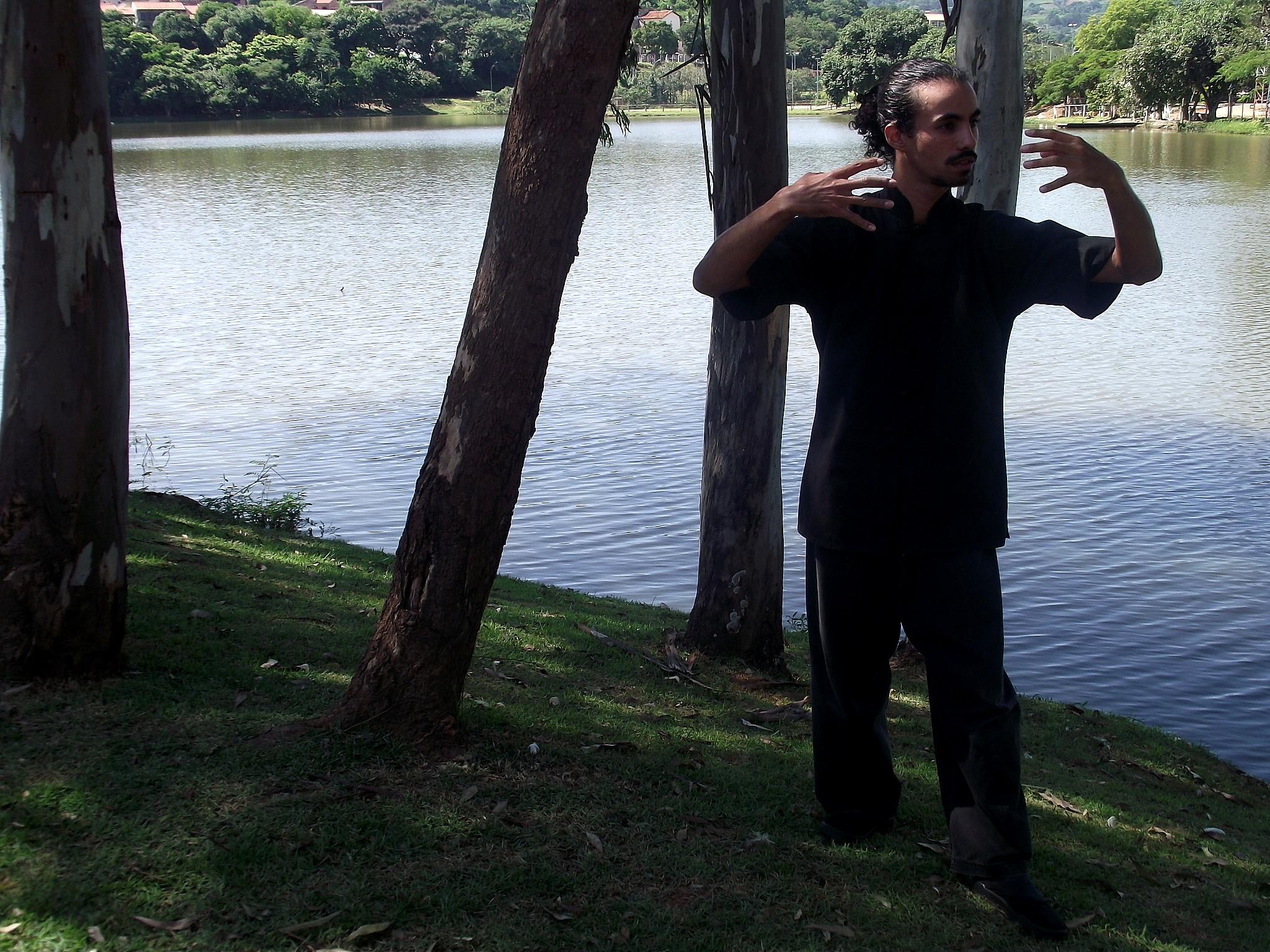Professor Jerônimo marana em postura de zhan zhuang